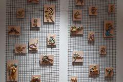 Installazione bassorilievi su rete metallica